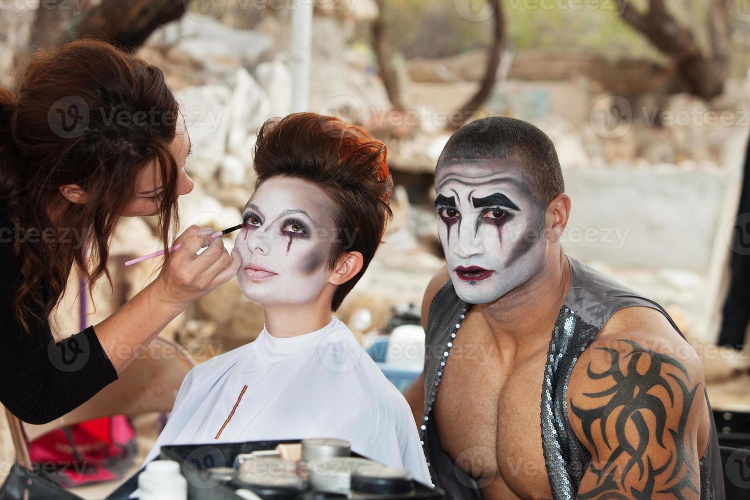 clowns krijgen make-up foto