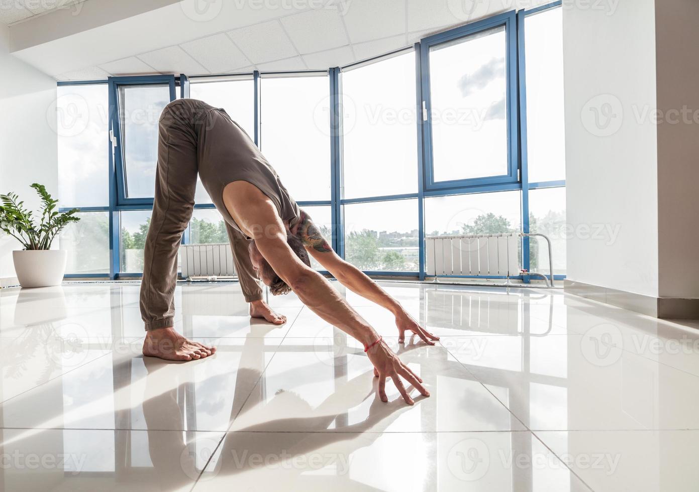 yoga man training in de sportschool foto