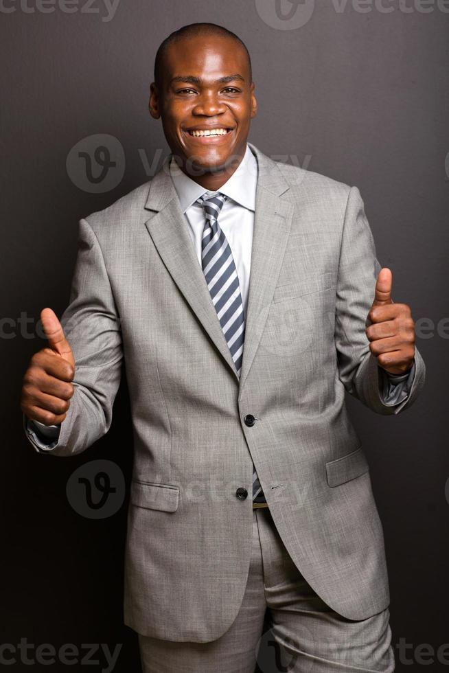 jonge Afro-Amerikaanse man geven duimen omhoog foto