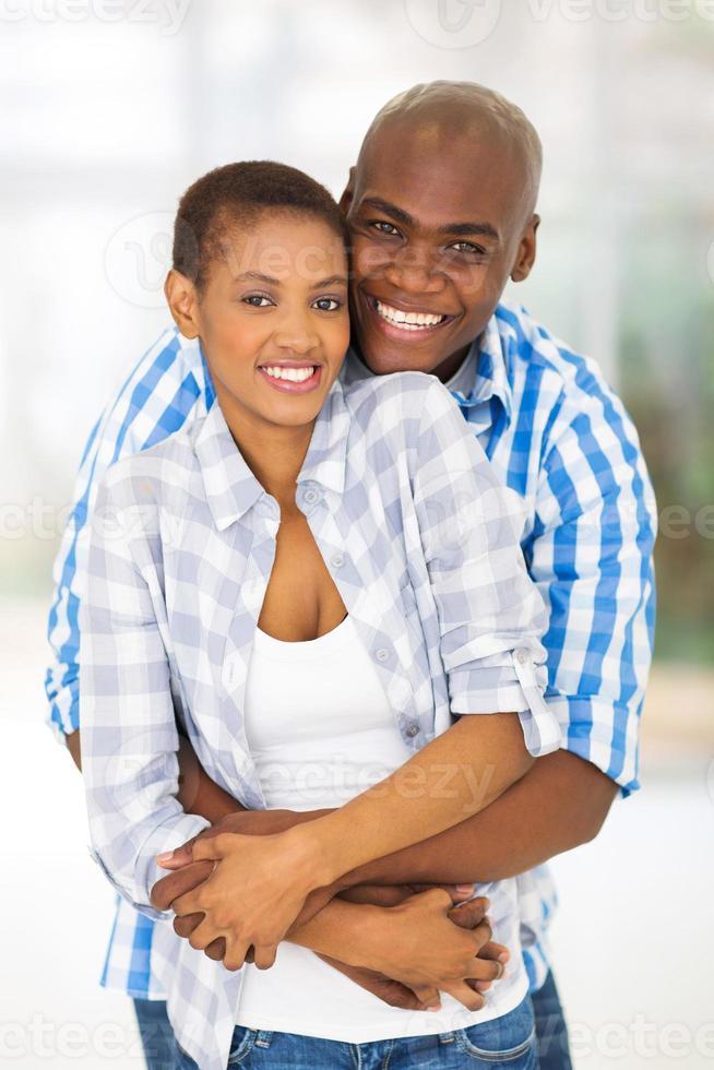 jonge Afrikaanse Amerikaanse echtpaar knuffelen elkaar foto