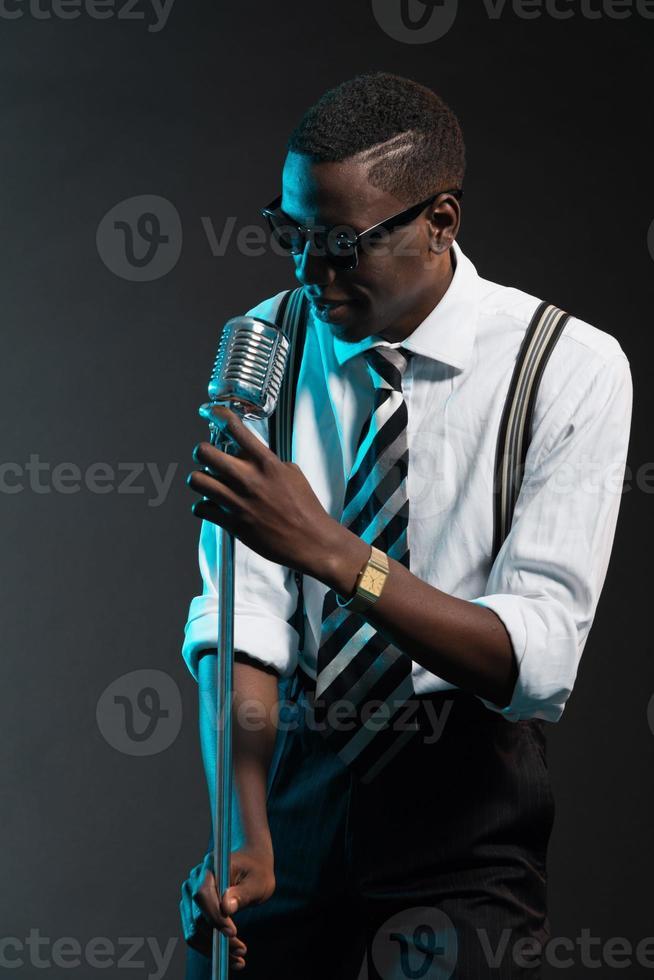 retro Afro-Amerikaanse jazz-zangeres met microfoon. foto