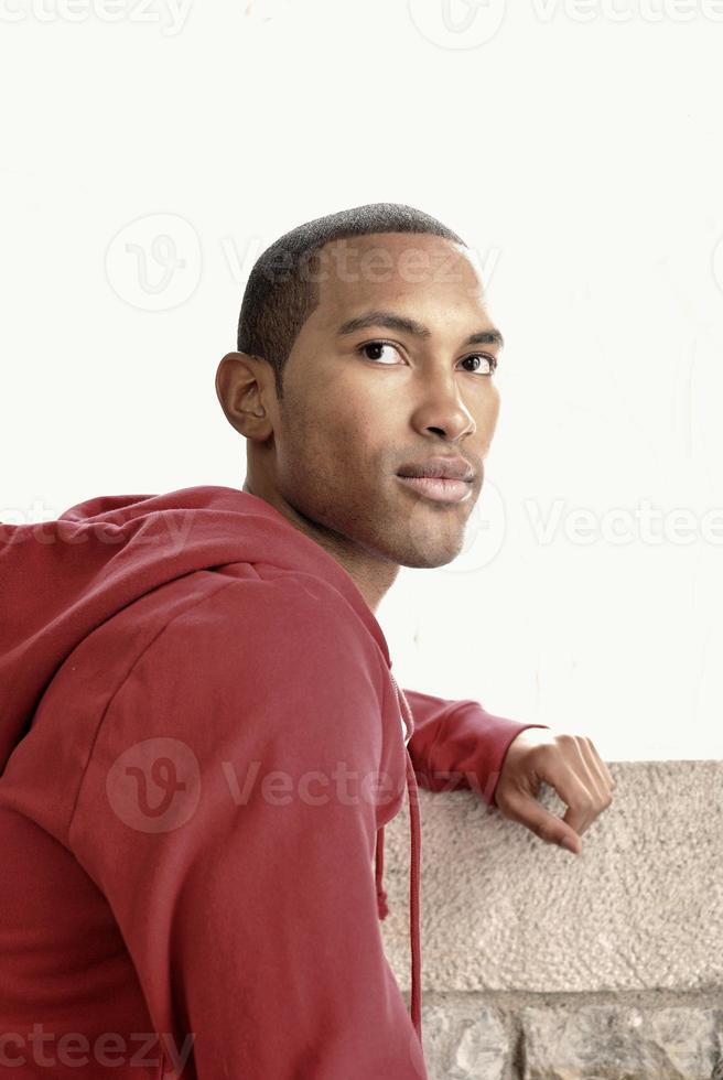 jonge man in een rode jas poseren voor de camera foto