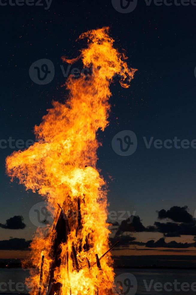 tongen van vuur bij zonsondergang foto