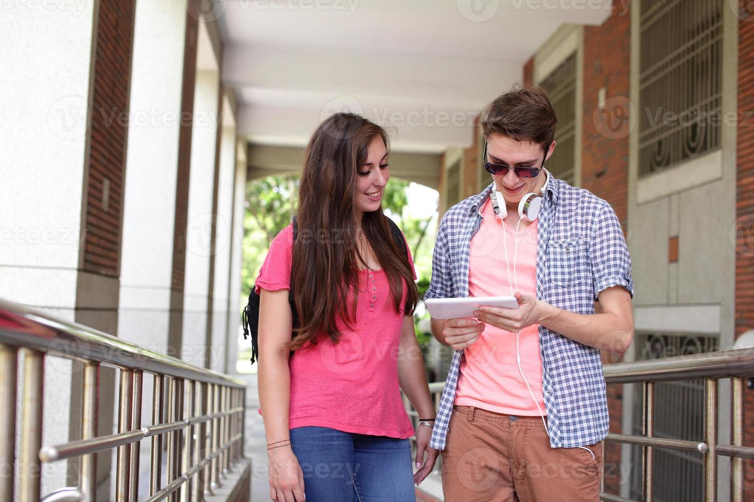 gelukkige studenten met behulp van computer foto