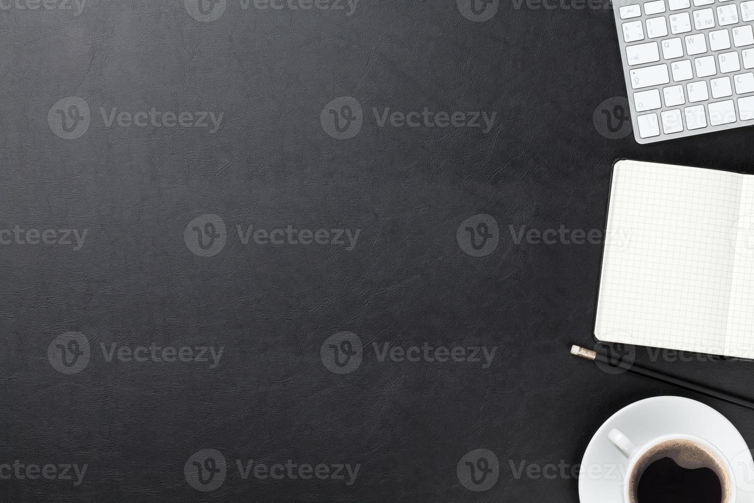 bureau met computer, benodigdheden en koffie foto