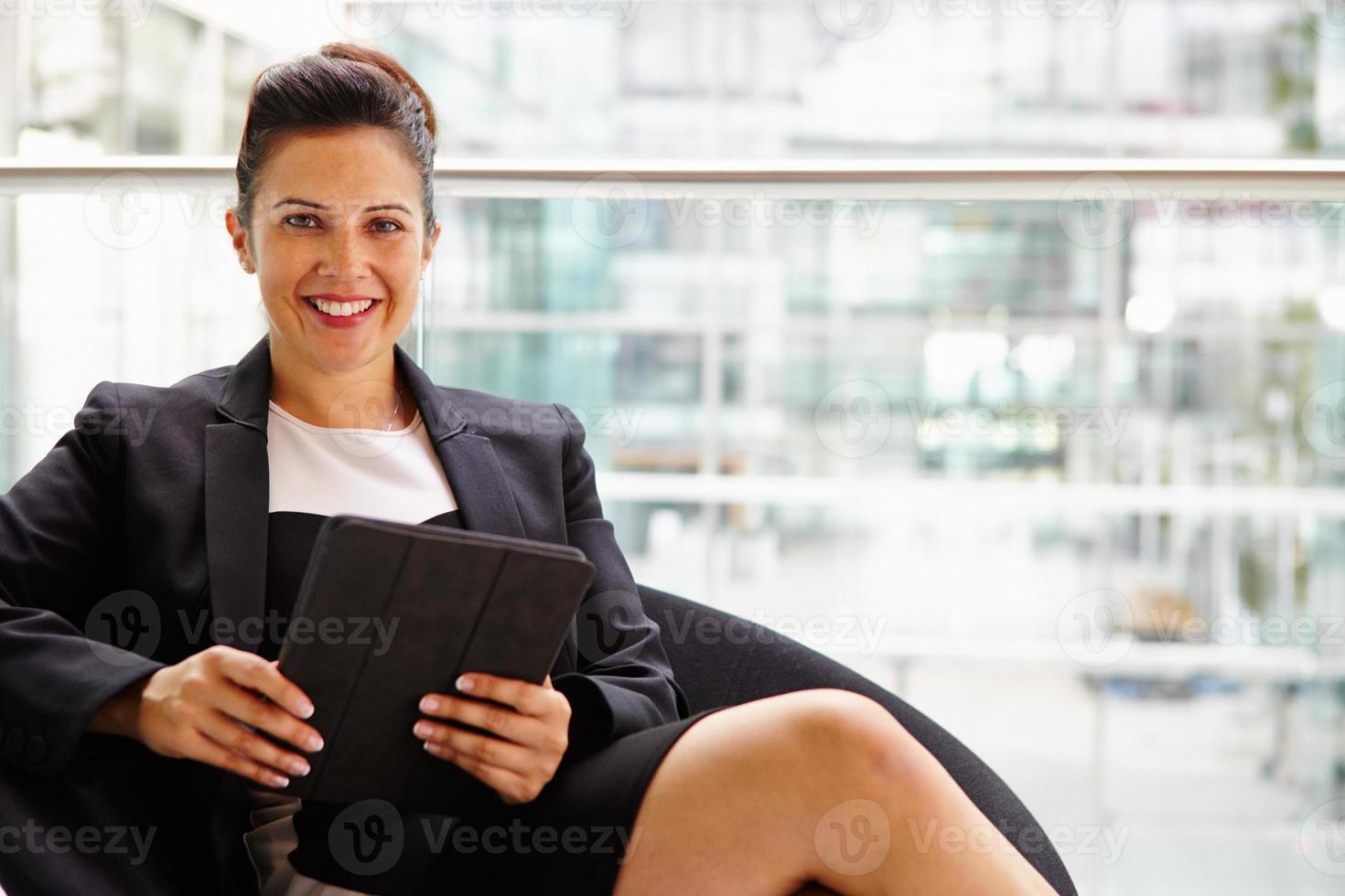 zakenvrouw bedrijf tabletcomputer, op zoek naar camera foto