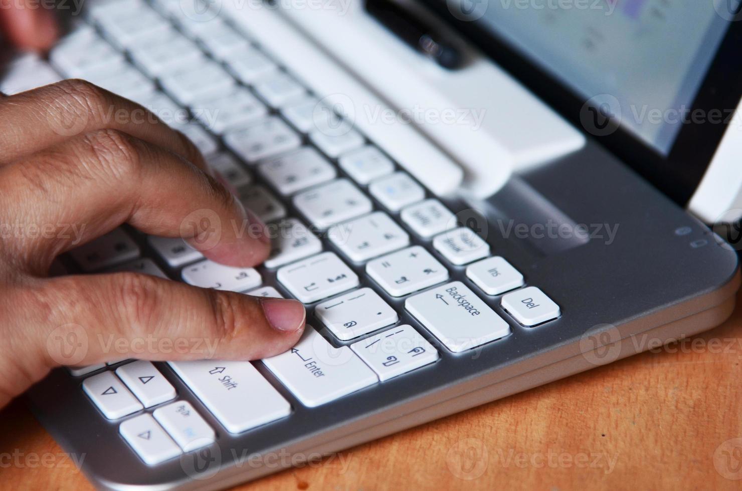 close-up van het typen van mannelijke handen foto