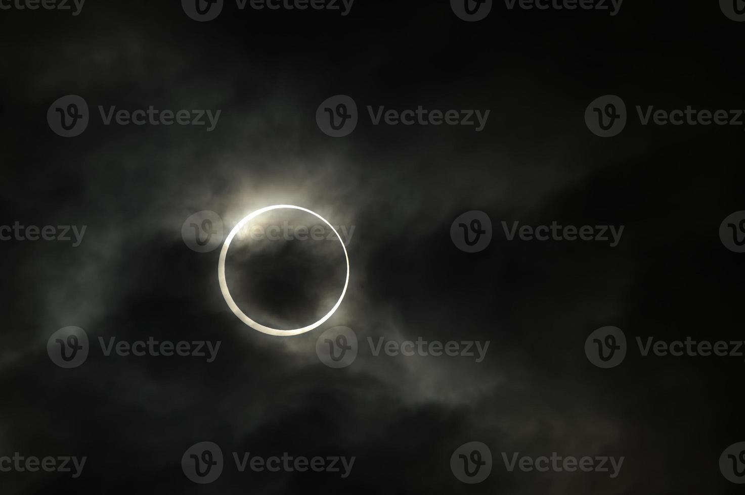 ringvormige zonsverduistering foto
