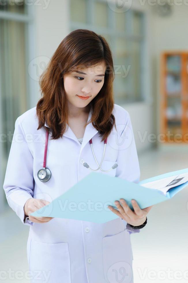 jonge Aziatische arts foto