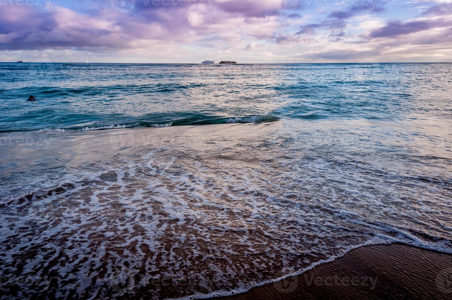 waikiki strand bij zonsondergang foto