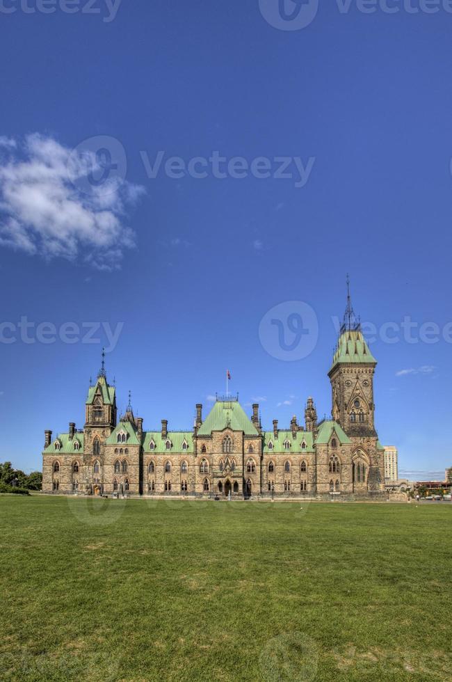 verticaal van het oostblokgebouw van het Canadese parlement foto