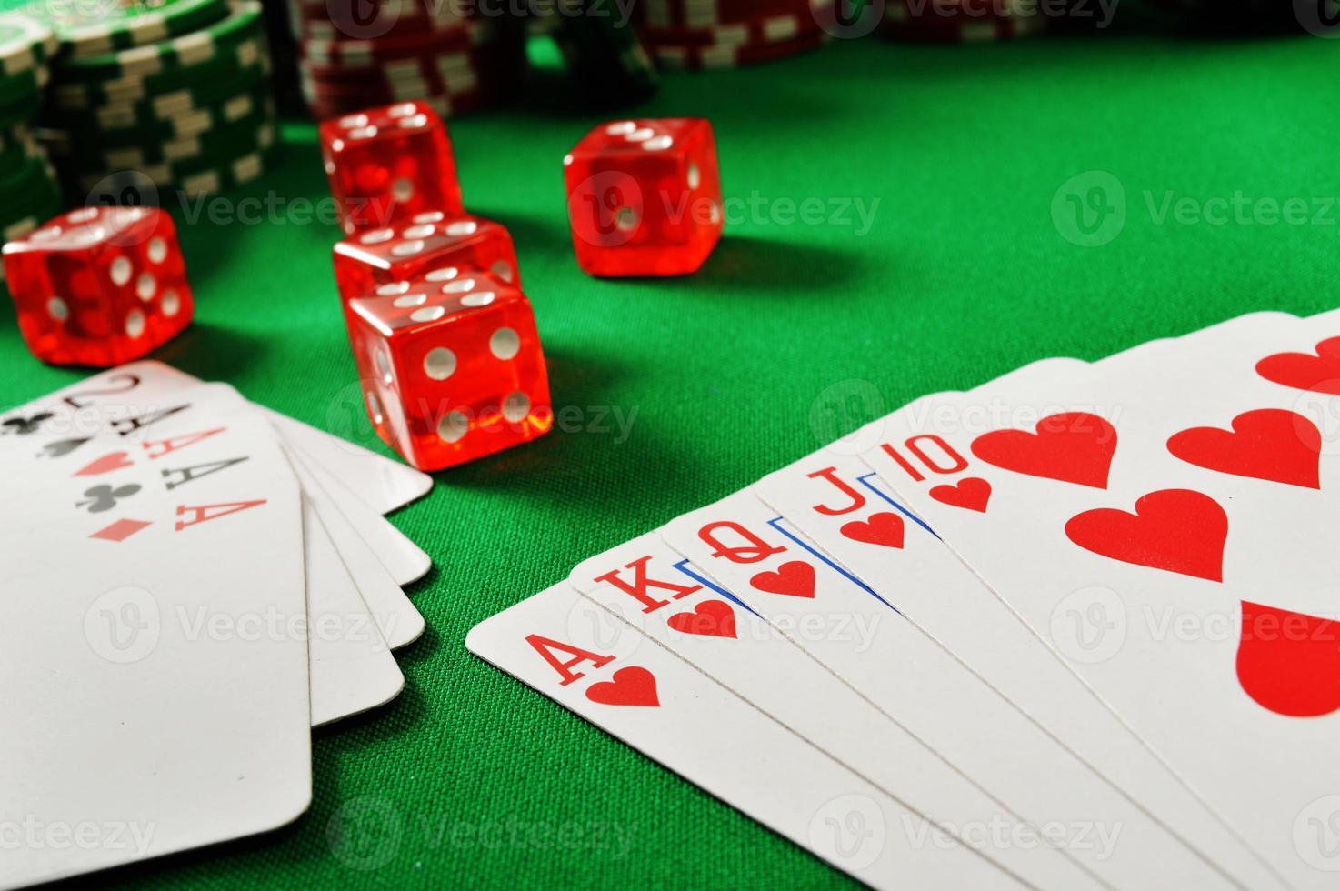 samenstelling met speelkaarten op groene tafel foto