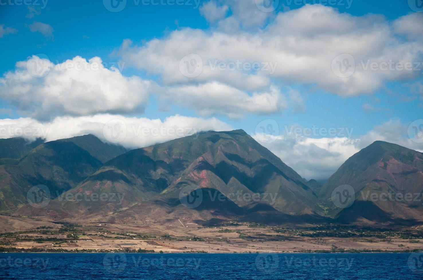 wolken boven de bergen van Maui foto