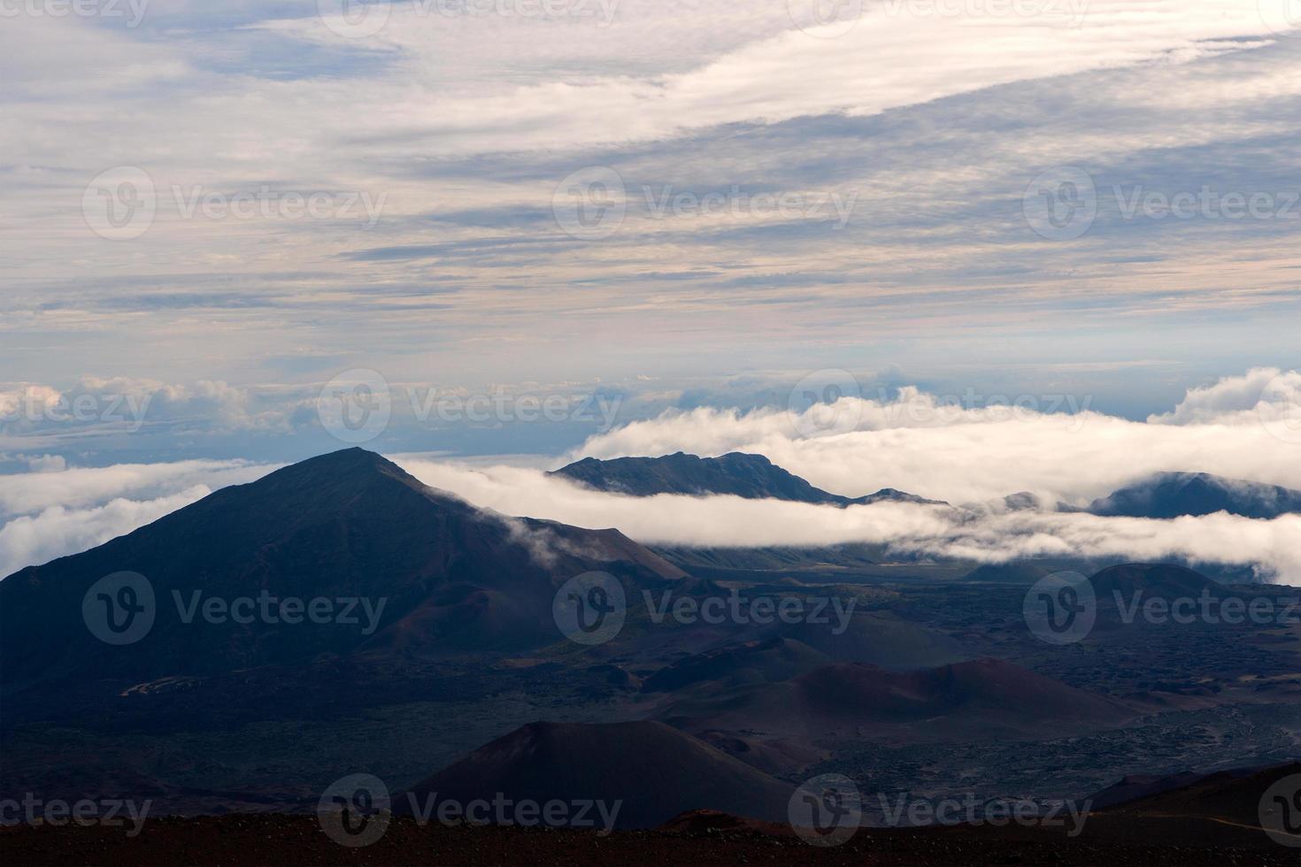 haleakalā krater van boven de wolken foto