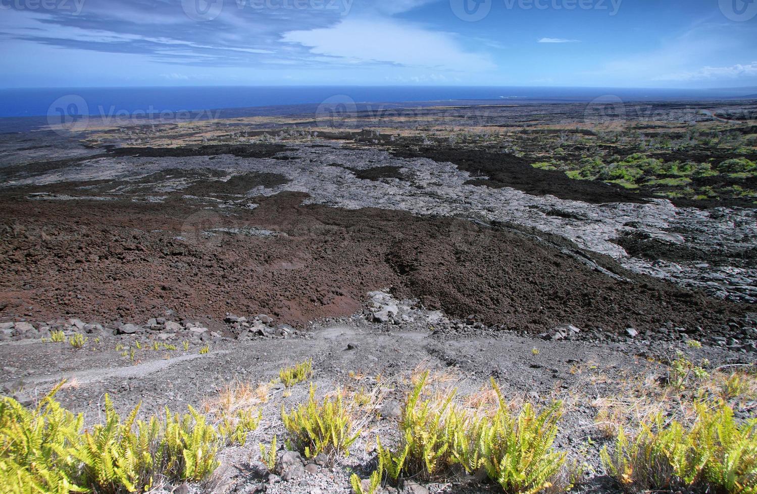 verlaten landschap in ketting van kraters weg foto