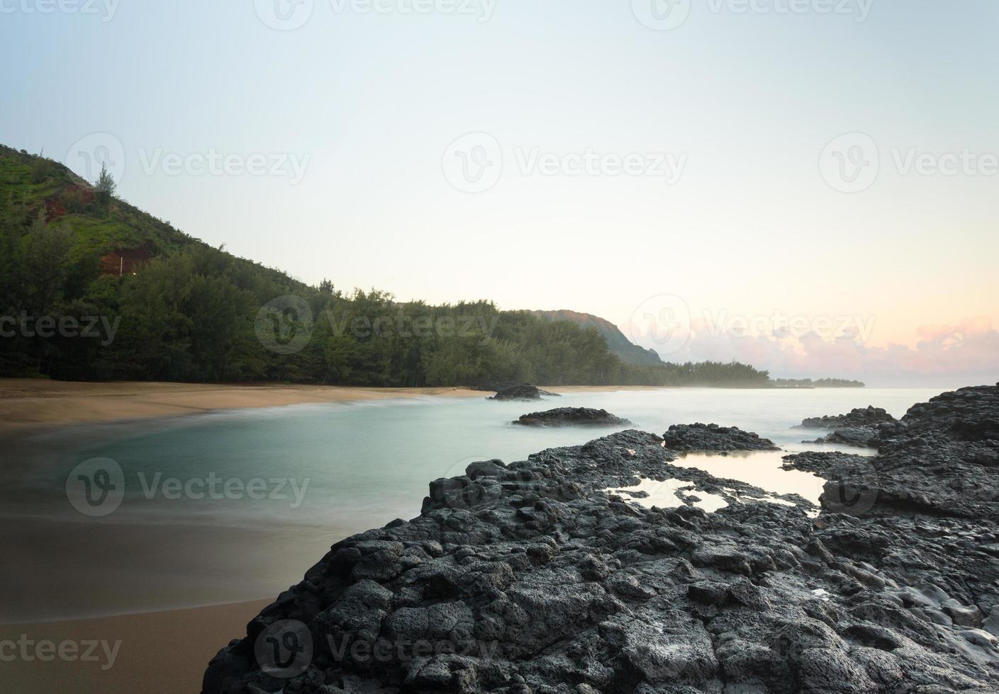 Lumahai strand Kauai bij dageraad met rotsen foto
