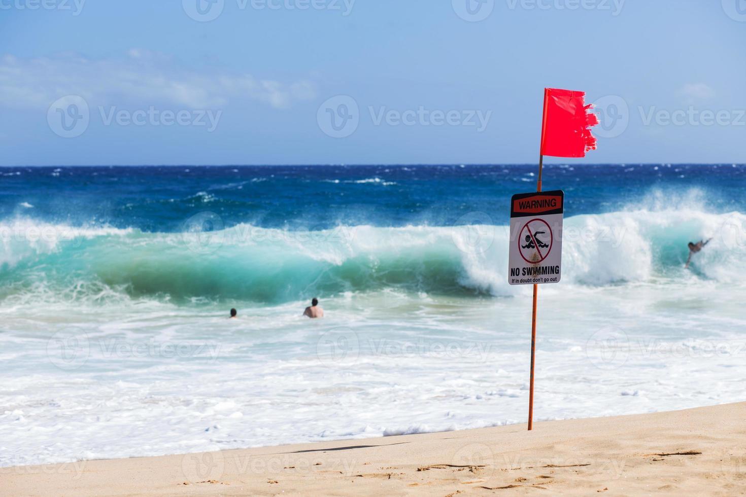 waarschuwing geen zwemmen bord met sterke zeegolf foto
