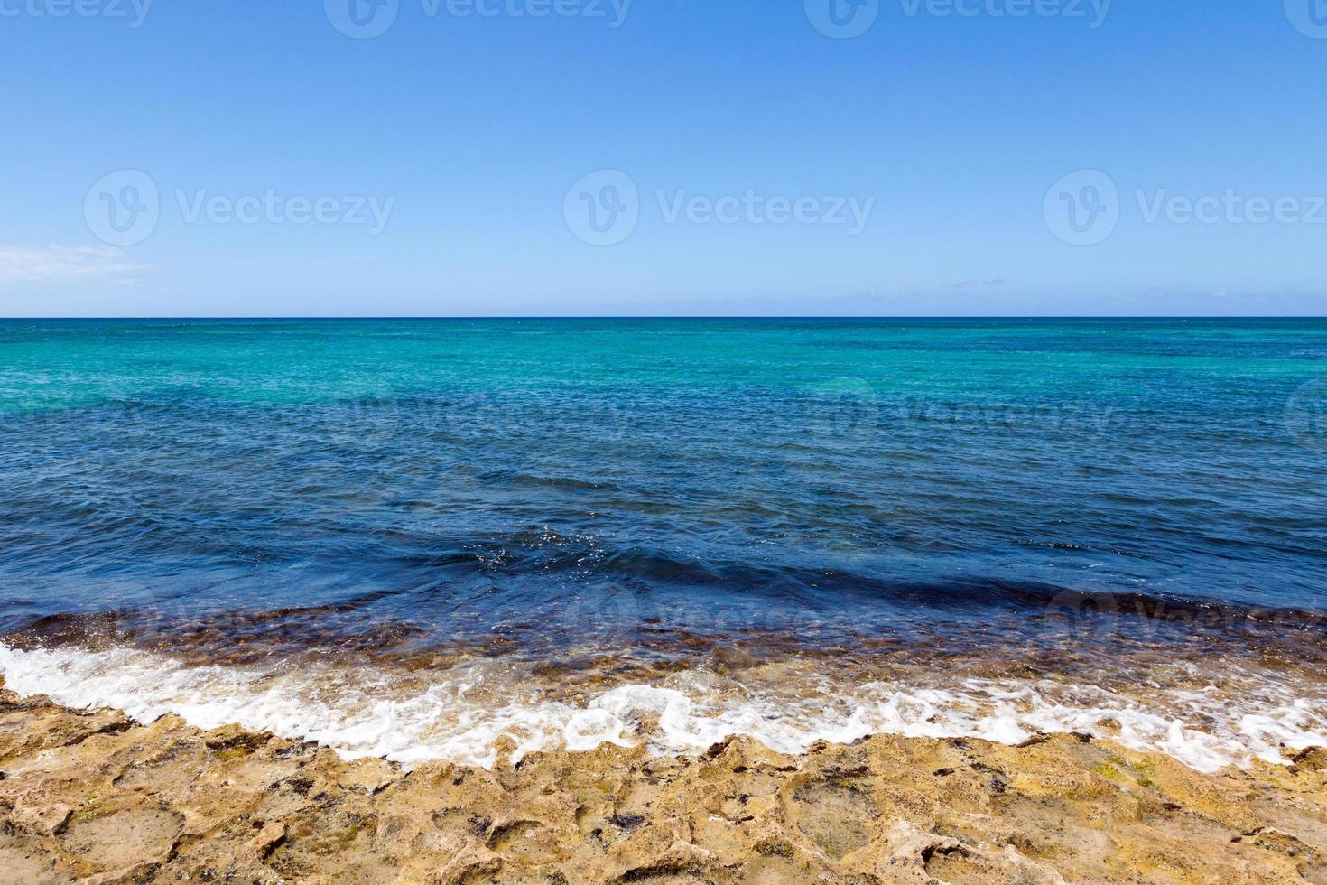 golven breken op de kust foto
