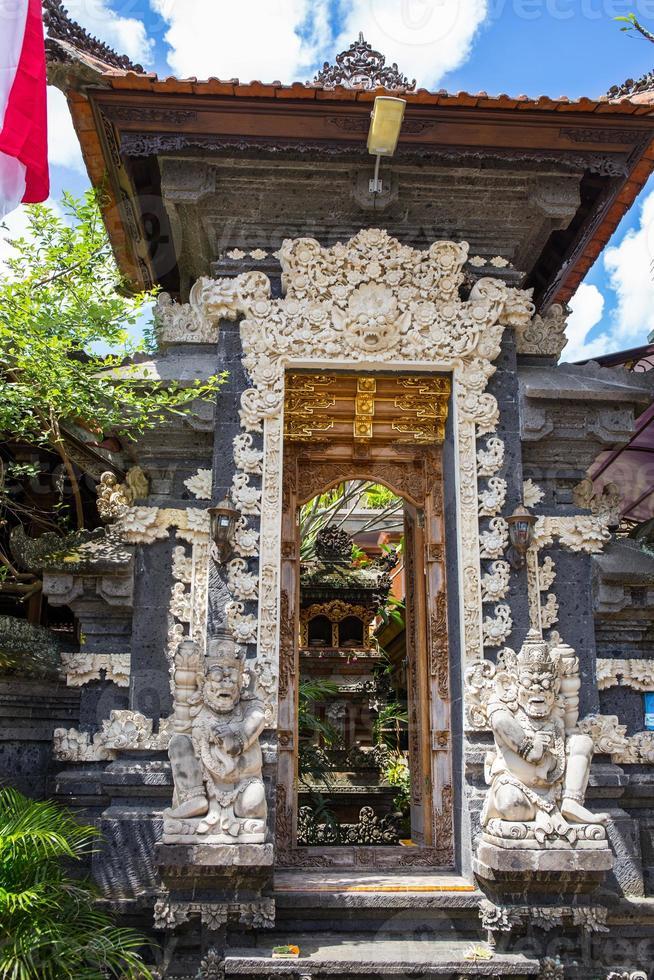 deur bij de ingang van een hindoe-tempel foto