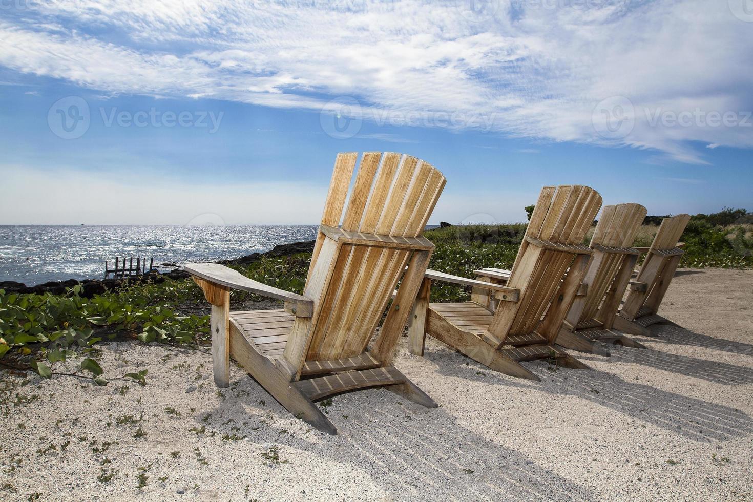 adirondack stoelen op het strand foto