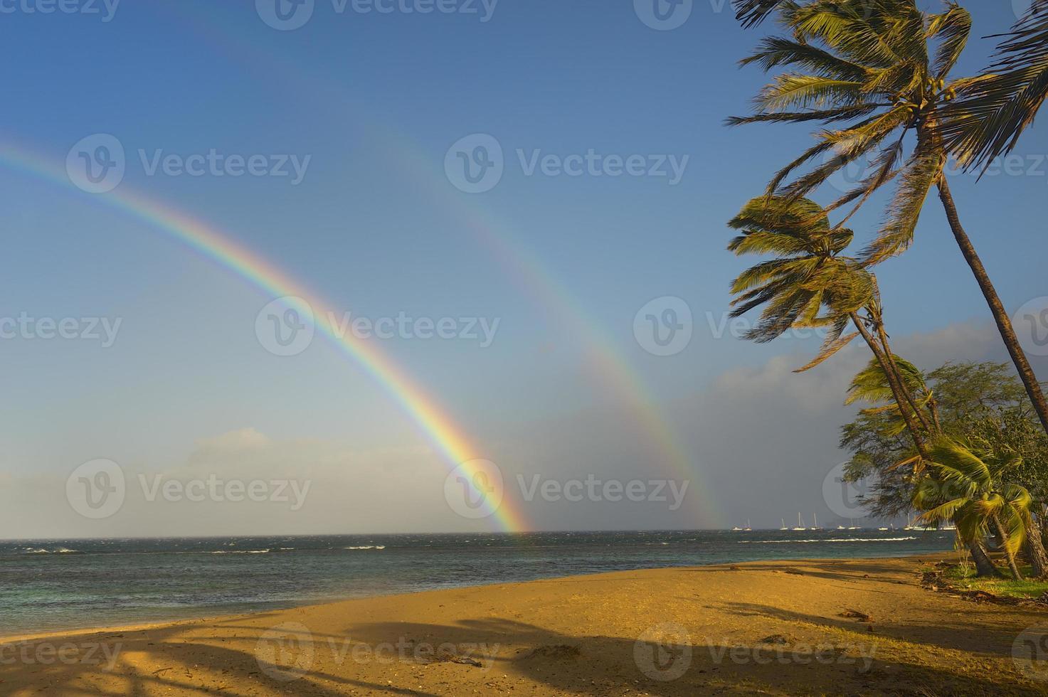 dubbele regenboog over tropische oceaan foto