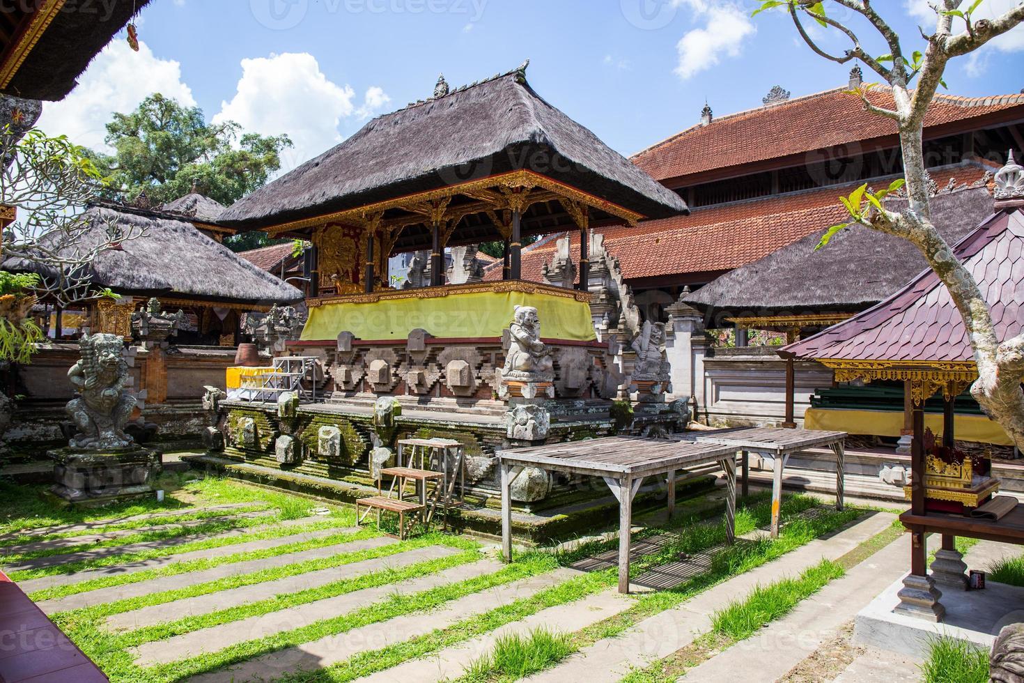 tuin in een hindoe-tempel in Indonesië foto