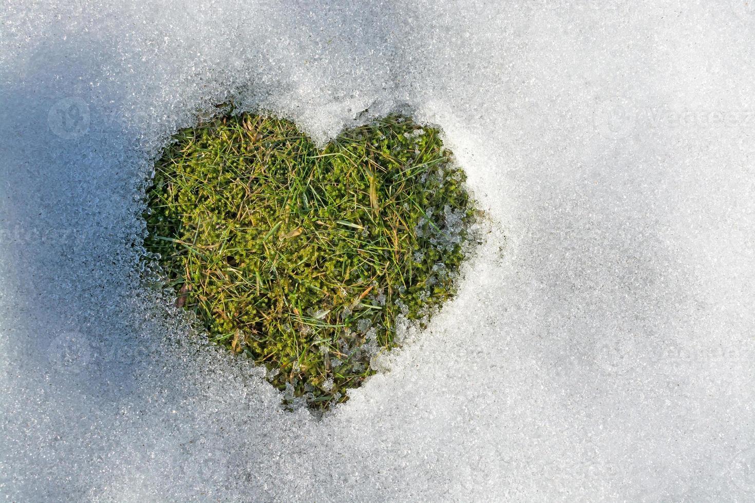 sneeuw smelten in de vorm van een hart foto