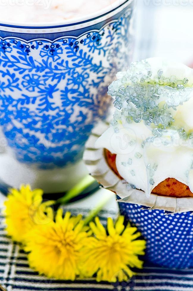 koffie, cupcake en paardebloemen foto