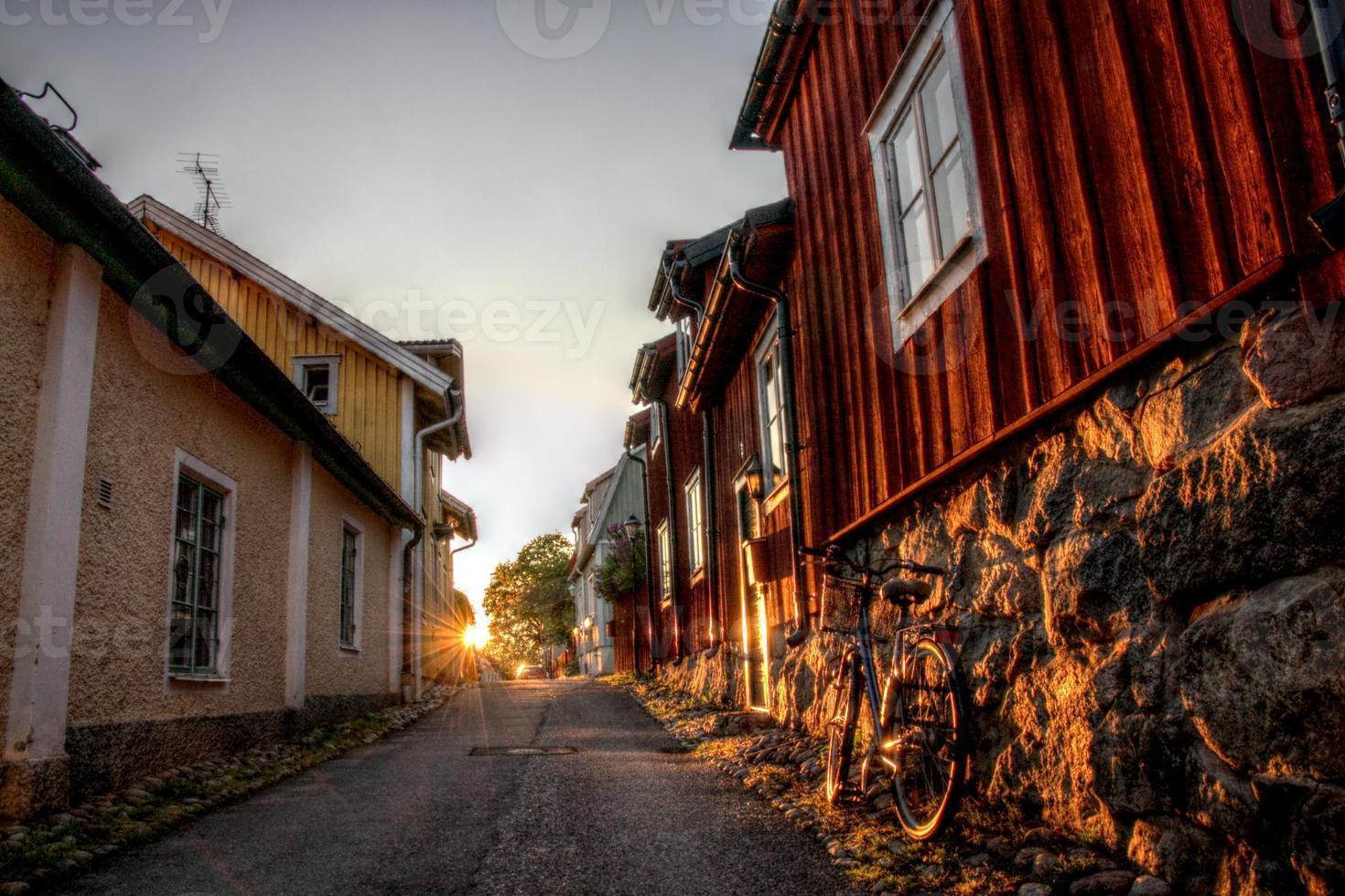 zonsondergang in de straten van Strängnäs, Zweden foto