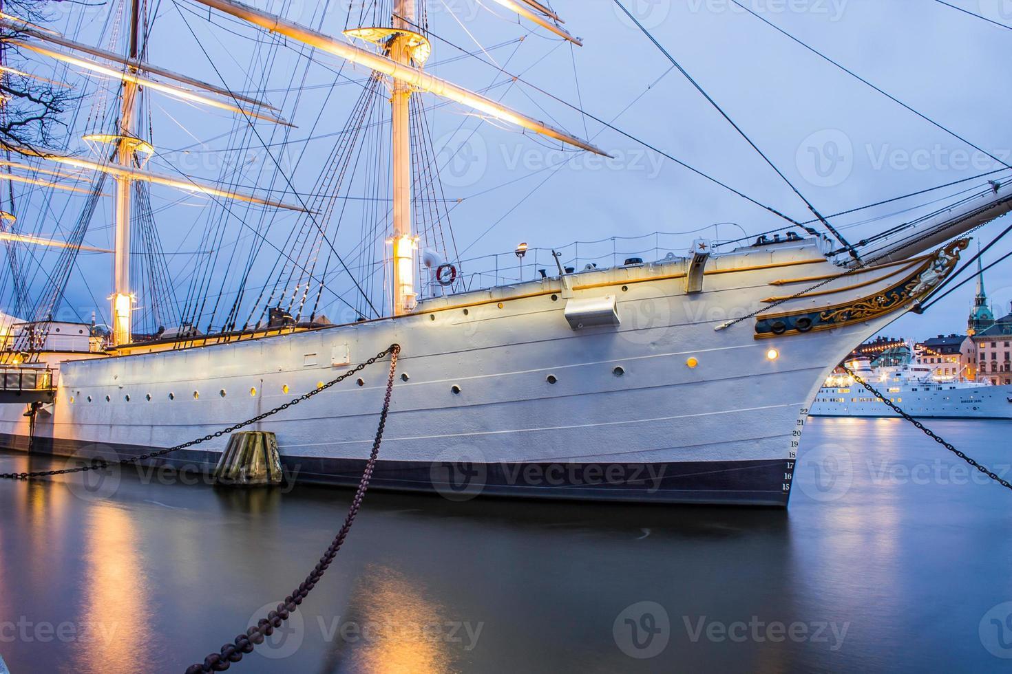 aangemeerd schip foto