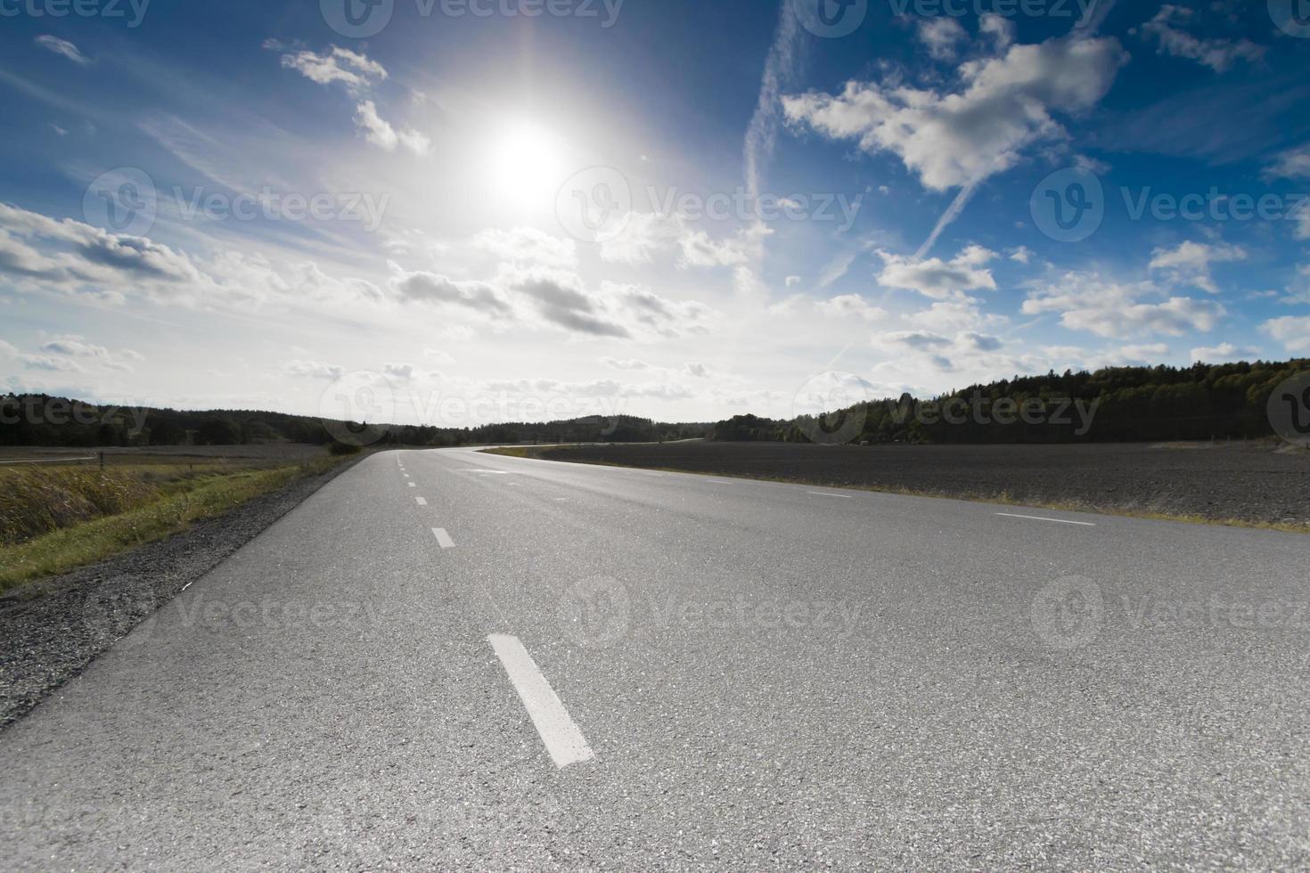 landweg in landelijk Zweden op een zonnige middag van september foto