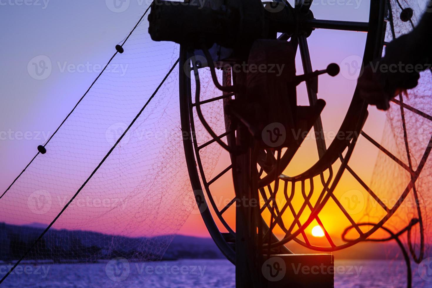 vissen op boot in zee foto