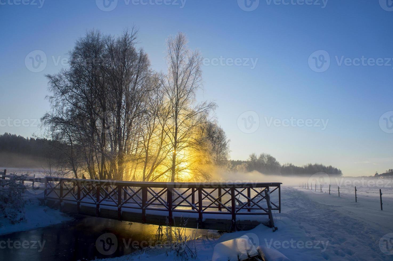 rivier en brug op zonnige winterdag foto