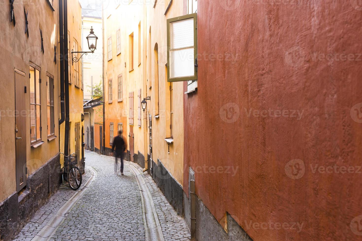 smal straatje in het oude centrum van stockholm foto