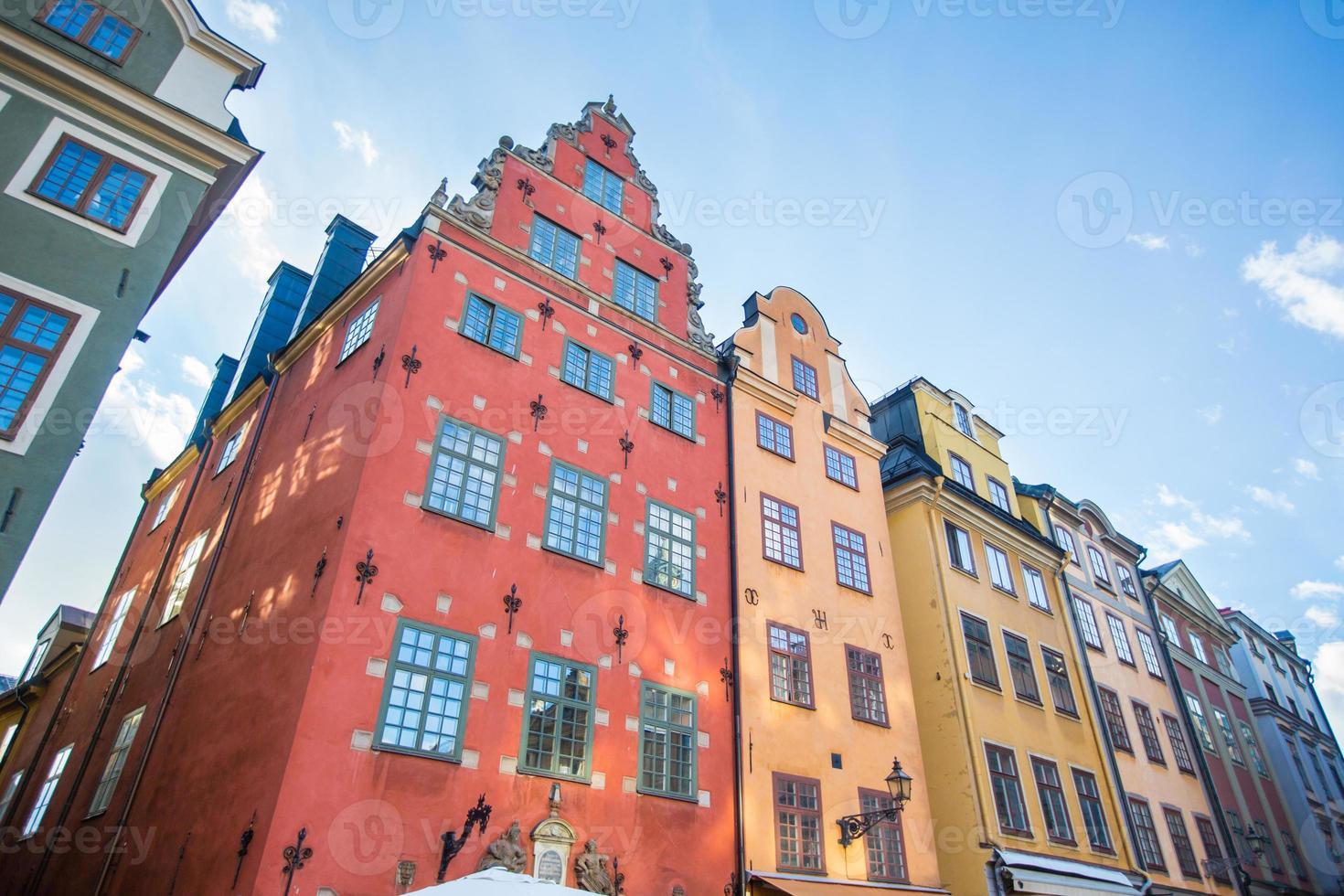 kleurrijke huizen in de oude stad van Stockholm foto