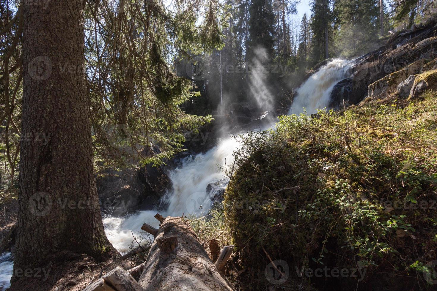 waterval en zonnestralen foto