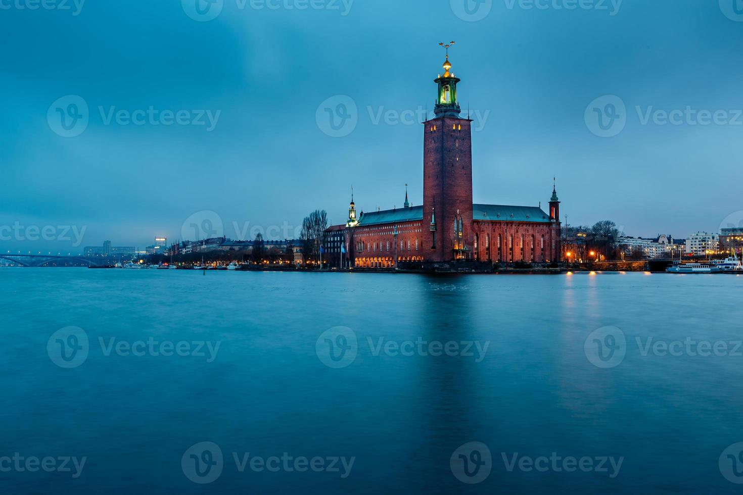 stockholm cityhall gelegen op kungsholmen-eiland in de ochtend foto