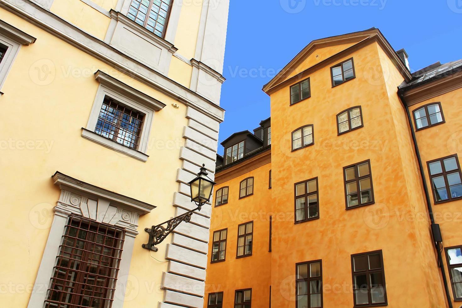 oude gebouwen en lantaarn, stockholm, zweden foto