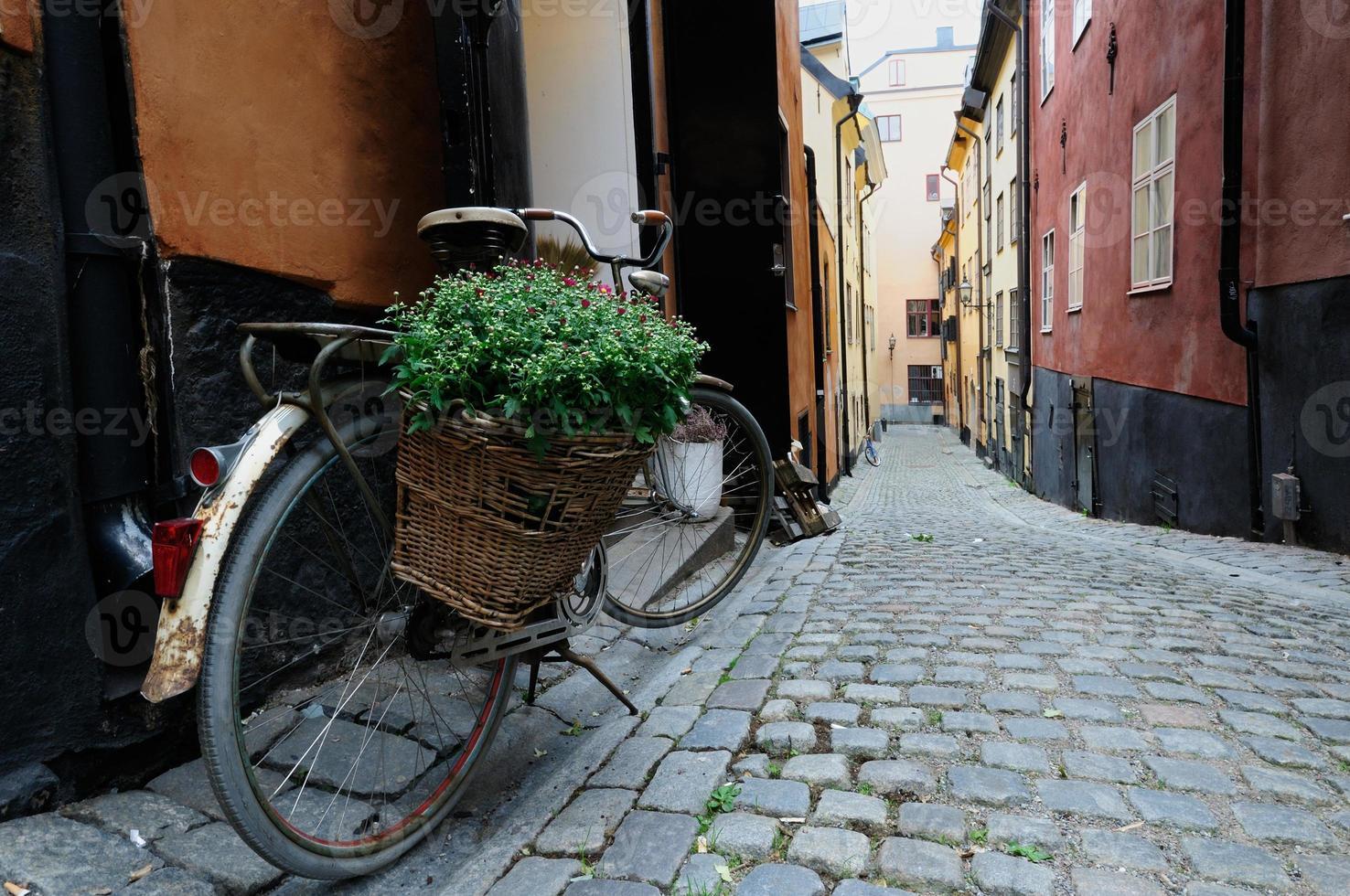 fiets op een lege straat van stockholm foto