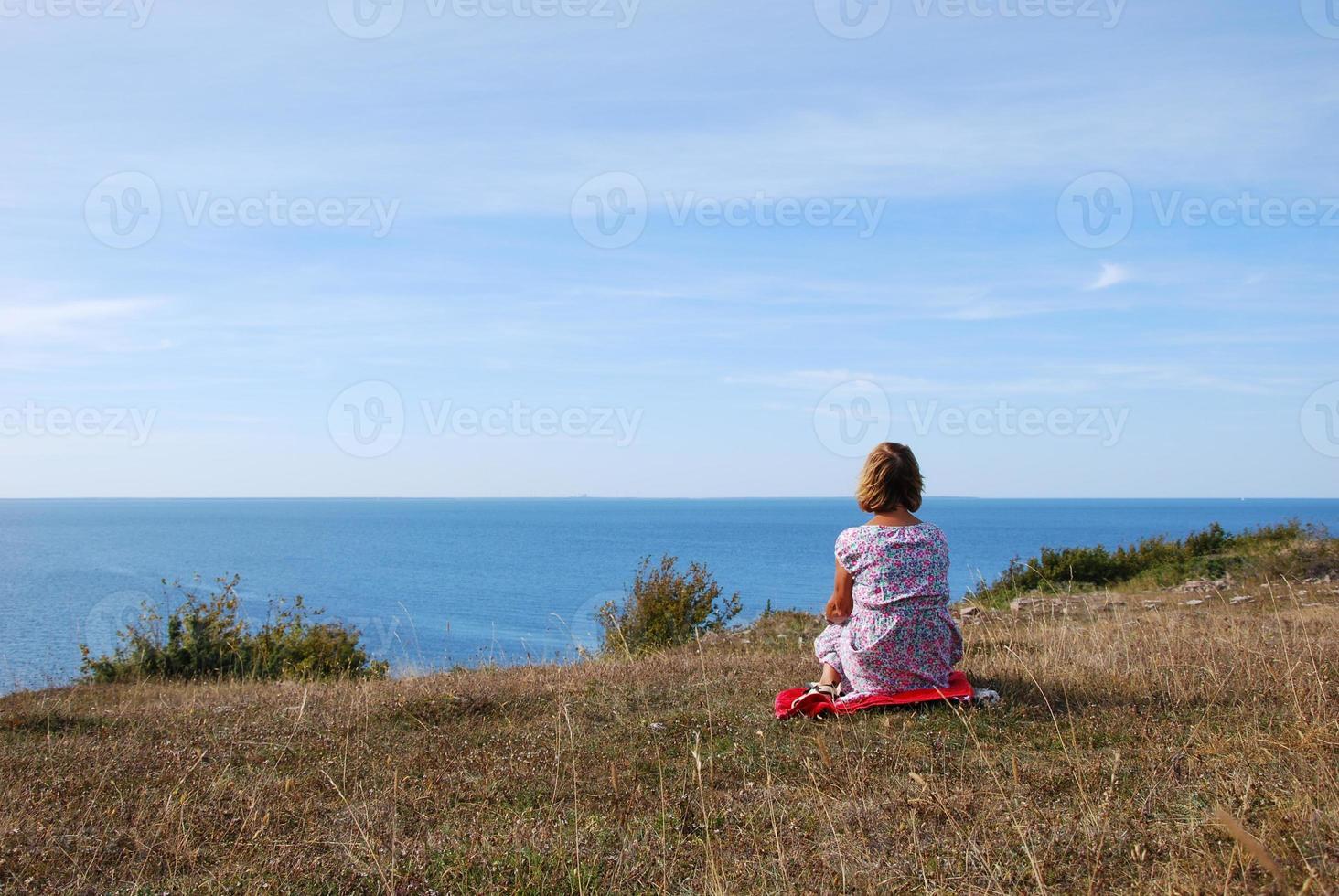 vrouw kijken naar het uitzicht foto