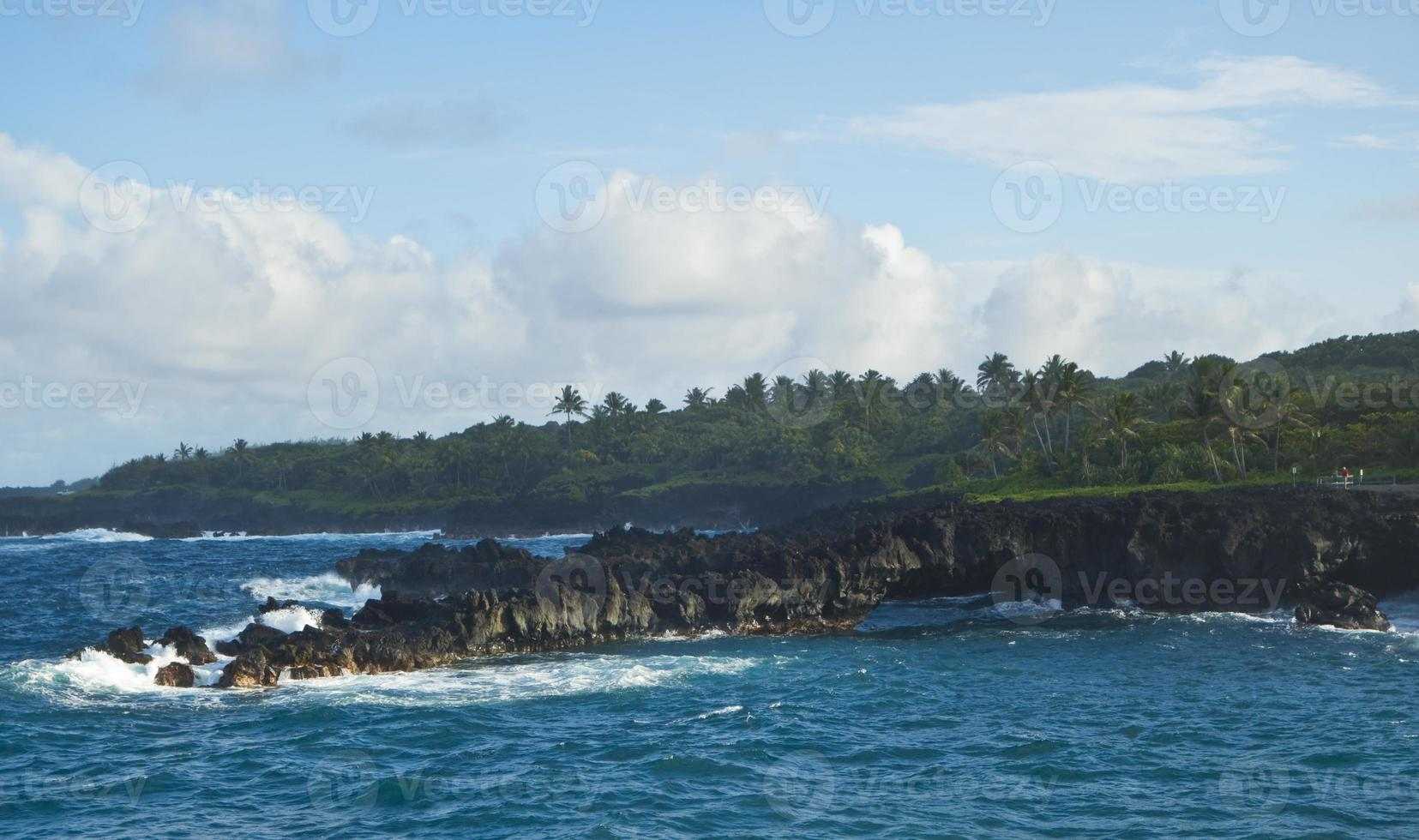 rotsachtige kust in Maui foto