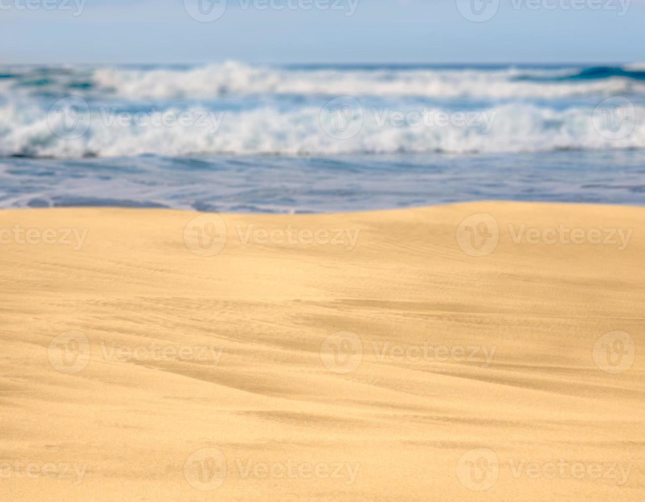 zandstrand met golven in de verte foto