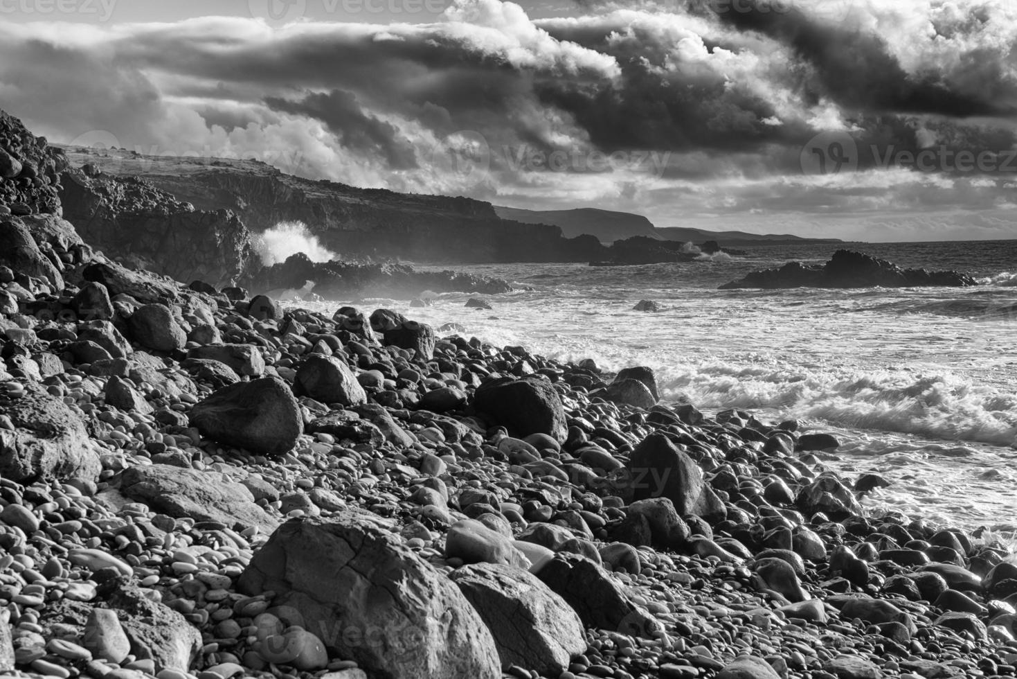rotsachtig strand op Maui foto
