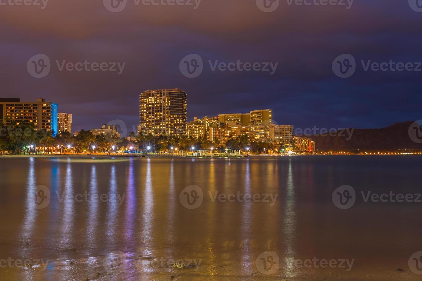 waikiki strand 's nachts foto