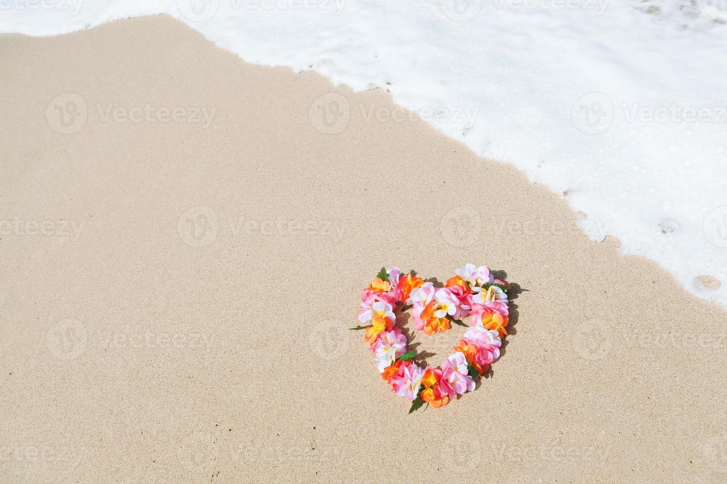 Hawaiiaanse lei op het tropische paradijsstrand foto