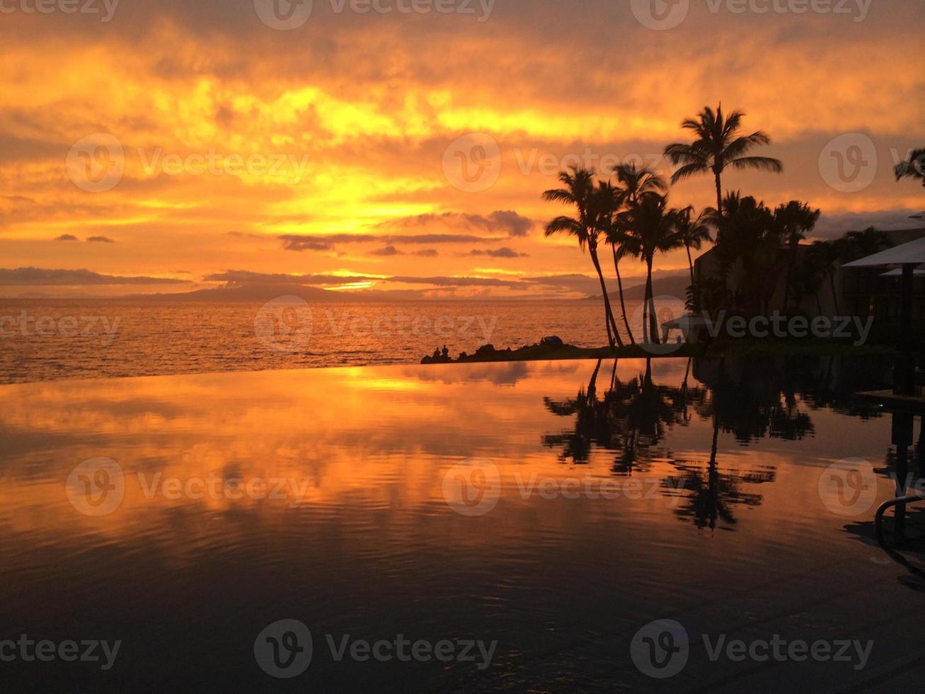 zonsondergang in reflecterend zwembad foto