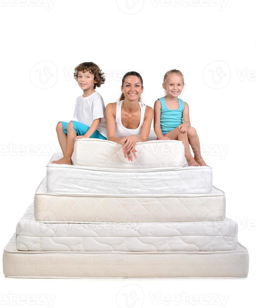 familie en veel matrassen foto