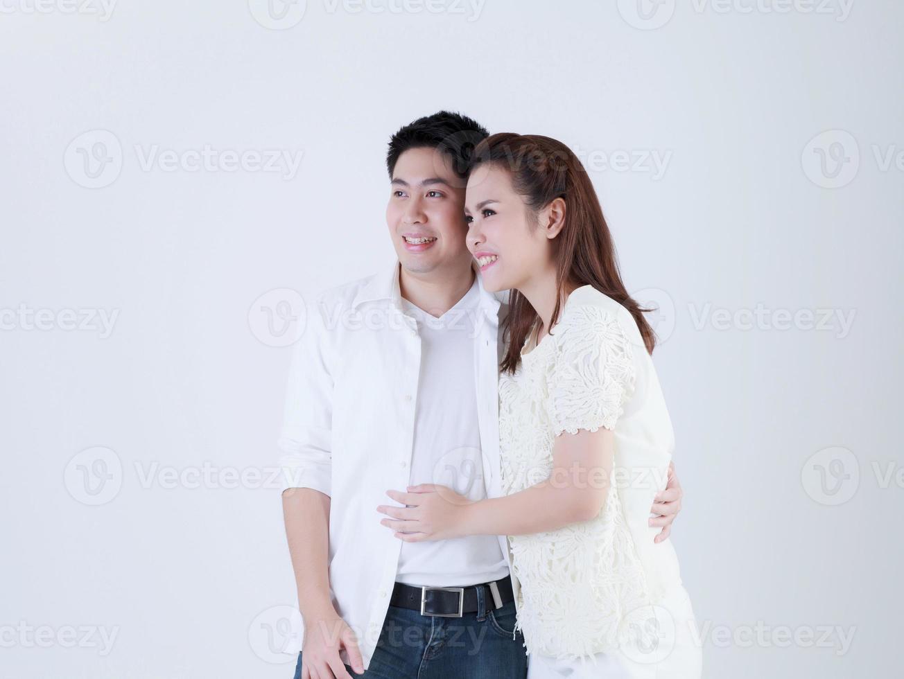 Thaise familie die met gelukkig glimlacht foto