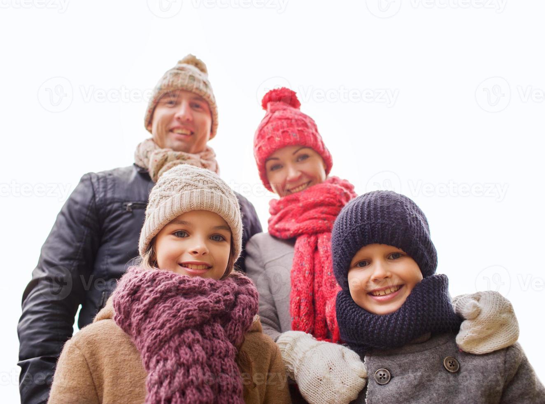 gelukkig gezin buitenshuis foto