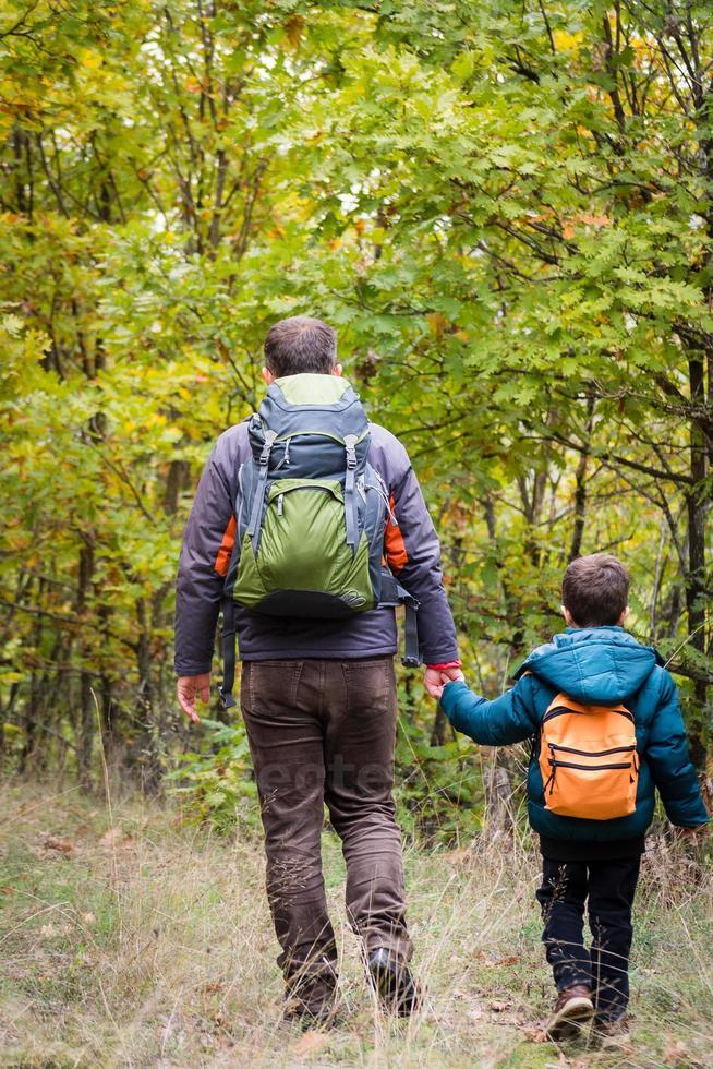 herfst familie wandelen foto